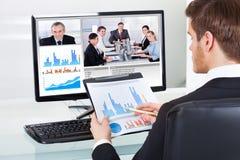 Comunicación video del hombre de negocios con los colegas fotografía de archivo libre de regalías