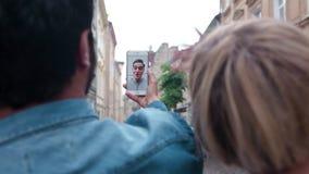 Comunicación video El primer se junta usando el teléfono para la llamada video almacen de metraje de vídeo