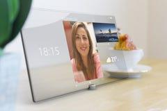 Comunicación video en la tableta con la pantalla táctil de cristal Fotografía de archivo