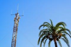 Comunicacion da torre de antenas Fotos de Stock