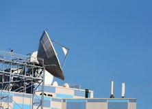 Comunicaciones por satélite de la antena parabólica Fotografía de archivo