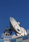 Comunicaciones por satélite de la antena parabólica Imágenes de archivo libres de regalías
