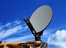 Comunicaciones por satélite de la antena parabólica Fotos de archivo libres de regalías