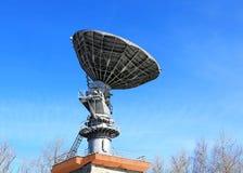 Comunicaciones por satélite de la antena parabólica Imagen de archivo libre de regalías