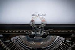 Comunicado de imprensa datilografado na máquina de escrever imagem de stock