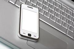 Comunicador com a tela branca no portátil de prata. fotografia de stock