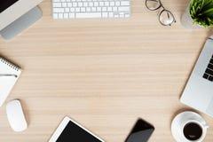 Comunicador moderno no ângulo de visão do desktop do trabalho imagens de stock royalty free