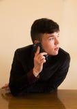 Comunicando su un telefono mobile Fotografie Stock Libere da Diritti