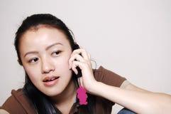 Comunicando sul telefono Fotografia Stock Libera da Diritti