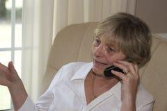 Comunicando sul telefono Immagini Stock