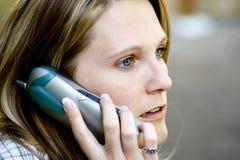 Comunicando sul telefono Fotografia Stock