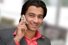 Comunicando sul telefono delle cellule Fotografie Stock Libere da Diritti