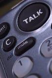 Comunicando sul telefono di composizione della chiamata mediante pulsante Fotografie Stock Libere da Diritti