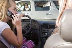 Comunicando sul telefono ed incassare Immagine Stock
