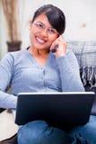 Comunicando sul telefono felicemente Fotografie Stock Libere da Diritti