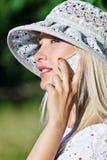 Comunicando sul telefono mobile fotografia stock