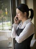 Comunicando sul telefono mobile Immagini Stock