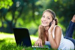 Comunicando sulla ragazza del telefono Fotografia Stock