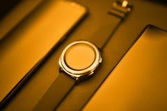 Comunicazione astuta degli aggeggi di tecnologia dell'orologio dello smartphone di lusso Fotografia Stock