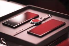 Comunicazione astuta degli aggeggi di tecnologia dell'orologio dello smartphone di lusso Fotografia Stock Libera da Diritti
