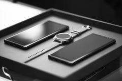 Comunicazione astuta degli aggeggi di tecnologia dell'orologio dello smartphone di lusso Fotografie Stock Libere da Diritti