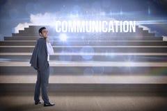 Comunicazione contro i punti contro cielo blu Fotografia Stock
