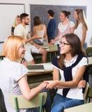 Comunicazione degli studenti nell'aula Fotografie Stock