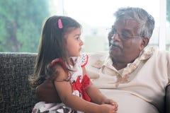 Comunicazione della nipote e del nonno Immagini Stock