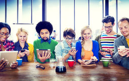 Comunicazione della radio dei dispositivi di Digital della gente Fotografia Stock