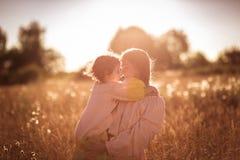 Comunicazione felice della madre con la figlia in un giacimento di grano Fotografia Stock Libera da Diritti