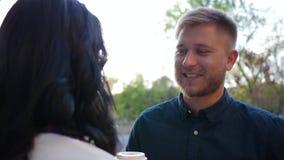 Comunicazione romantica, giovane paio che parla e che ride all'aperto stock footage