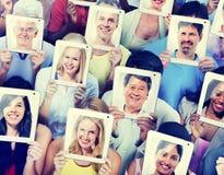 Comunicazione sociale della rete di media della compressa di Digital della gente concentrata Fotografia Stock