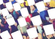 Comunicazione sociale della rete di media della compressa di Digital della gente concentrata immagine stock libera da diritti