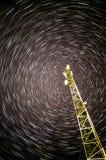Comunicazione su mezzi mobili del ripetitore (torre) nelle piste piene di celebrità fotografia stock
