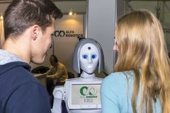 Comunicazione in tensione ed interessante fra una persona e un robot Fotografia Stock Libera da Diritti