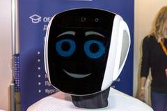 Comunicazione in tensione ed interessante fra una persona e un robot Fotografie Stock Libere da Diritti