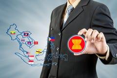 Comunidad económica de la Asociación de Naciones del c@sureste Asiático en mano del hombre de negocios imagenes de archivo