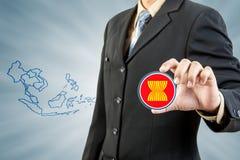 Comunidad económica de la Asociación de Naciones del c@sureste Asiático en mano del hombre de negocios Imágenes de archivo libres de regalías