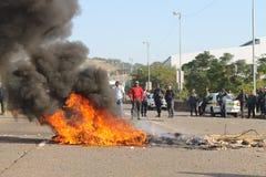 Comunidad que efectúa una protesta que bloquea un camino durante una huelga del taxi en Durban Suráfrica Imagen de archivo