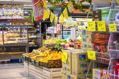Comunidad, supermercado, exposición, variedad, frutas y verduras, mercancías imagenes de archivo