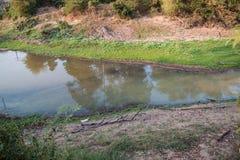 Comunidad urbana de la forma de las aguas residuales en la estación seca Foto de archivo