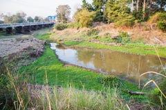 Comunidad urbana de la forma de las aguas residuales en la estación seca Foto de archivo libre de regalías