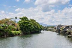A comunidade ao lado do rio Fotografia de Stock Royalty Free