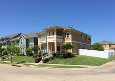 A comunidade bonita em suburbano foto de stock royalty free