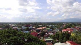 A comunidade desarrumado do alojamento nos subúrbios da cidade Tiro da antena do zangão vídeos de arquivo