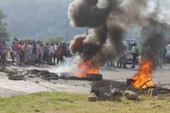 A comunidade que encena um protesto que obstrui uma estrada durante uma greve do táxi em Durban África do Sul Imagens de Stock