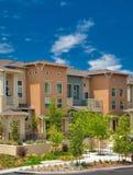 A comunidade residencial do condomínio da Multi-família Fotos de Stock Royalty Free