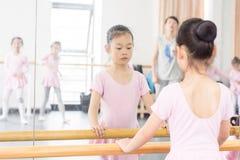 Comunique-se dentro da menina da sala do ensaio da dança fotografia de stock