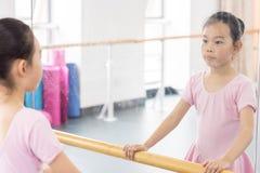Comunique-se dentro da menina da sala do ensaio da dança foto de stock