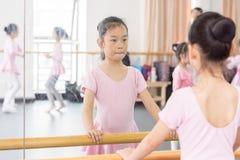 Comunique-se dentro da menina da sala do ensaio da dança fotos de stock